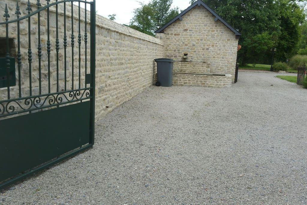 la cour de notre habitation principale  où vous pouvez stationner.