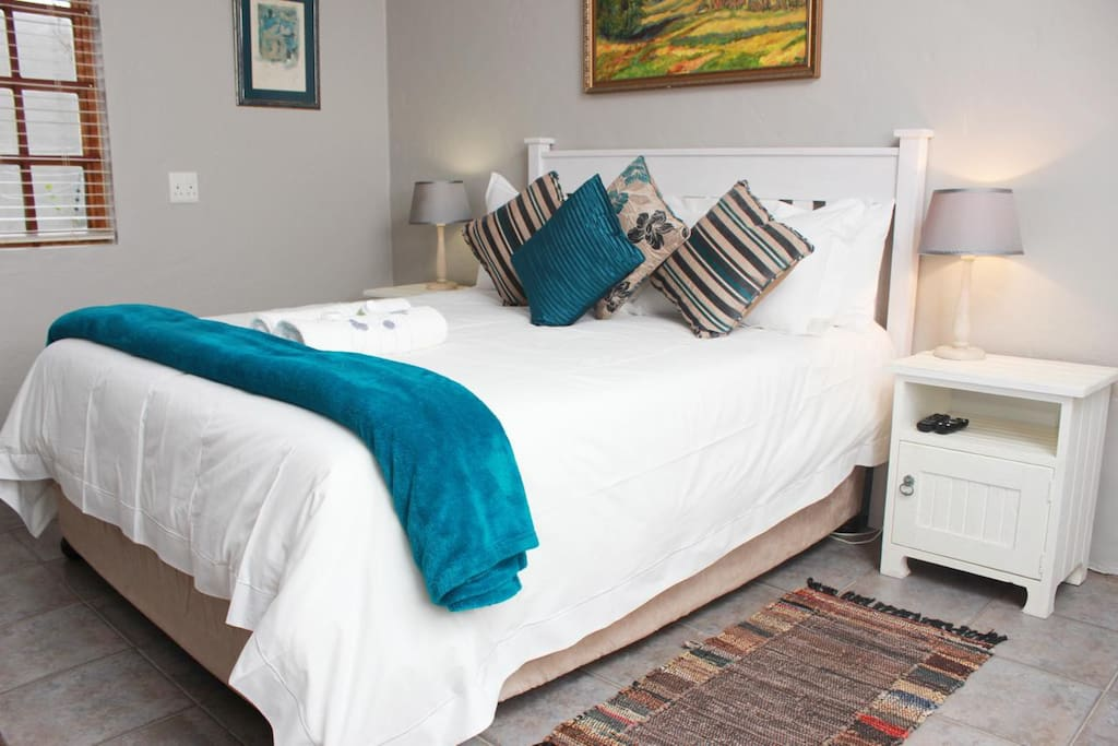 Kingfisher - Queen and 2 single beds in large open plan Unit.
