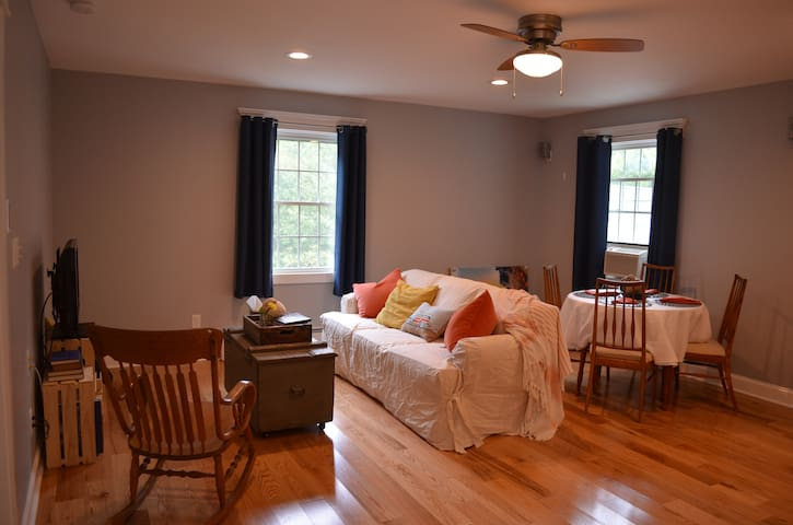 Calm, quiet, & convenient shoreline apartment - Old Lyme - Wohnung