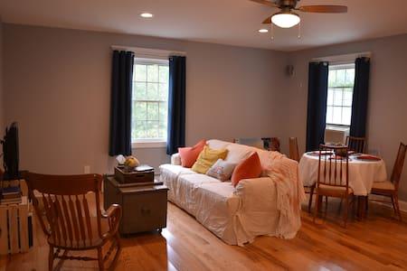 Calm, quiet, & convenient shoreline apartment - Old Lyme