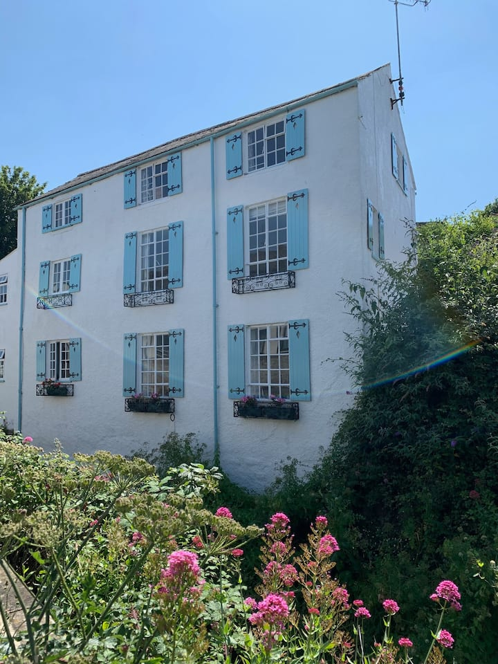 A grand and cosy stay by the seaside in Lyme Regis