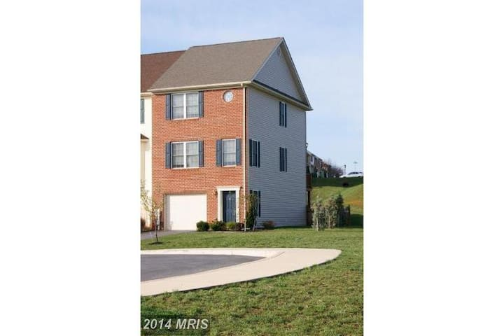 Modern Townhome Retreat - Martinsburg - Adosado