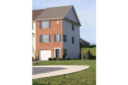 Modern Townhome Retreat - Martinsburg - Townhouse