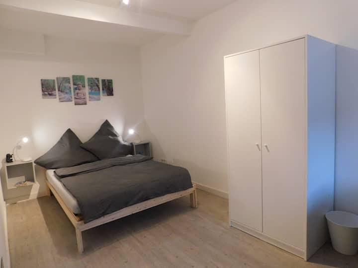 Ganze 2ZKB Wohnung mit gratis Parkplatz,5min Stadt