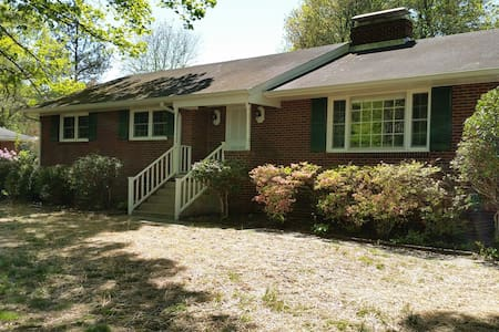 Peaceful and quiet! Walk to parks! - Greensboro - Casa