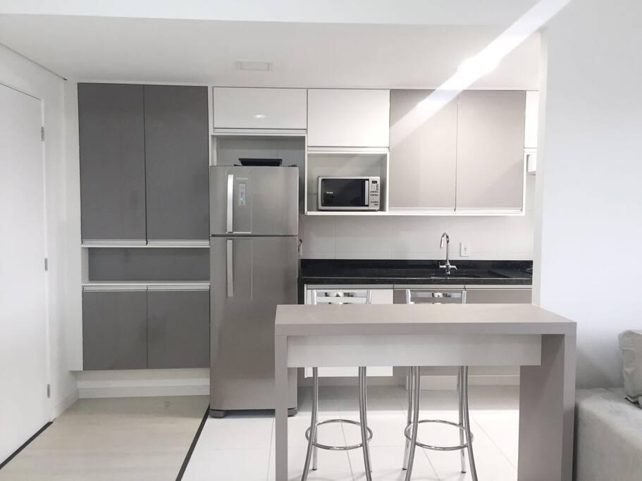 Cozinha, contém todos os utensílios básicos, de panelas à liquidificador, cafeteira, tostadeira, etc.
