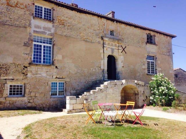 Logis du 16eme siècle, proche Angouleme, Cognac - Jurignac - House