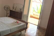 Chambre louee via airbnb : Vue depuis la porte d'entrée.