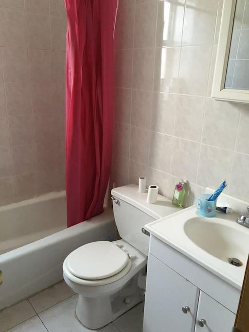 采光明亮,功能齐全,干净整洁的卫生间。