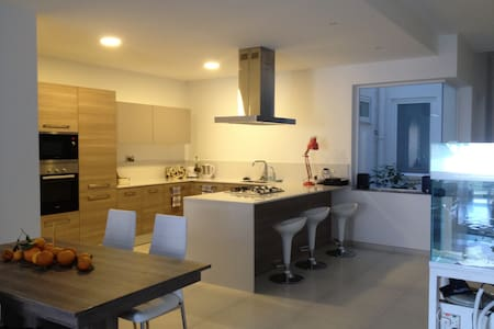 Double bedroom in spacious new apartment - Mosta - Daire