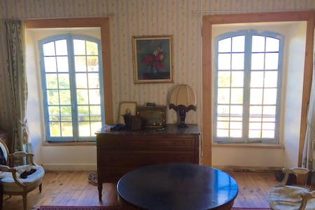 Master Bedroom in 18th Century Home - Barneville-Carteret - Rumah Tamu