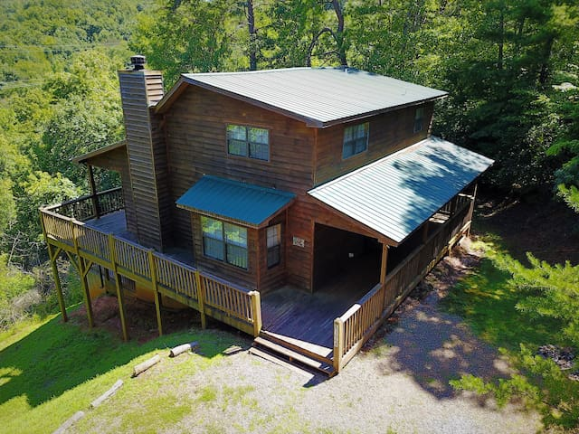 Hideaway Mountain Mountain View Vacation Cabin with Hot Tub, Game Room
