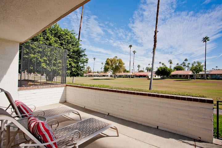 Relax and recline on the patio and enjoy the golfcourse and mountain views