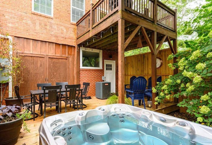 Saluda Proper-Downtown Saluda;.HOT TUB & TIEC!