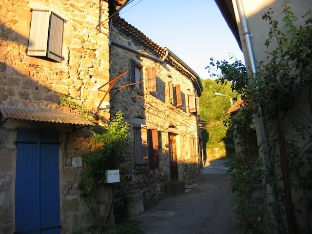 Chirols, Steinhaus mit Dachterrasse - Chirols - House