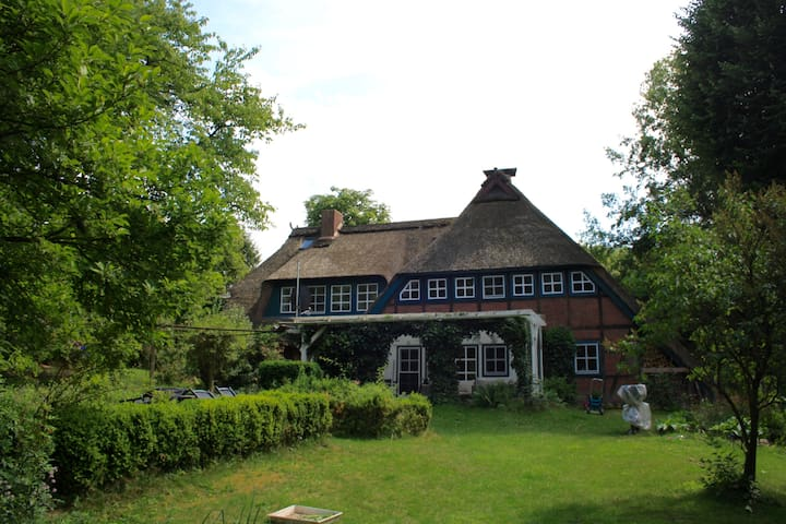 Idyllic Thatched-roof Farmhouse - Hanstedt - Casa