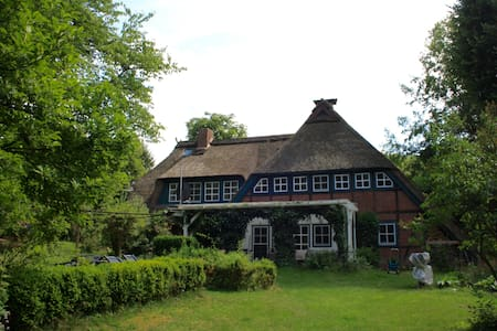 Idyllic Thatched-roof Farmhouse - Hanstedt - Talo