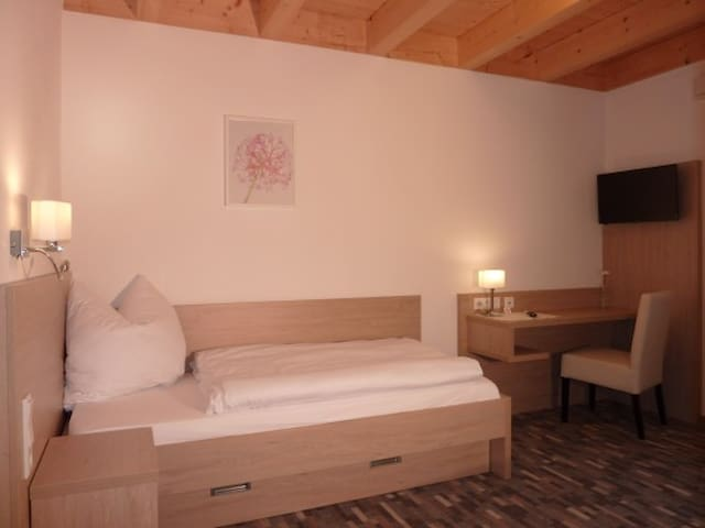 Gästehaus Lodermeier (Bad Abbach - Oberndorf), Einzelzimmer - Einrichtung aus Holz und Leder