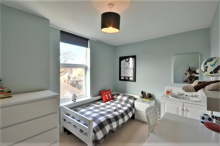 Rear single bedroom with separate sink unit