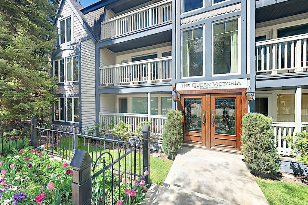 This Aspen condo is in The Queen Victoria, just two blocks from downtown and five blocks to Aspen Mountain Gondola.
