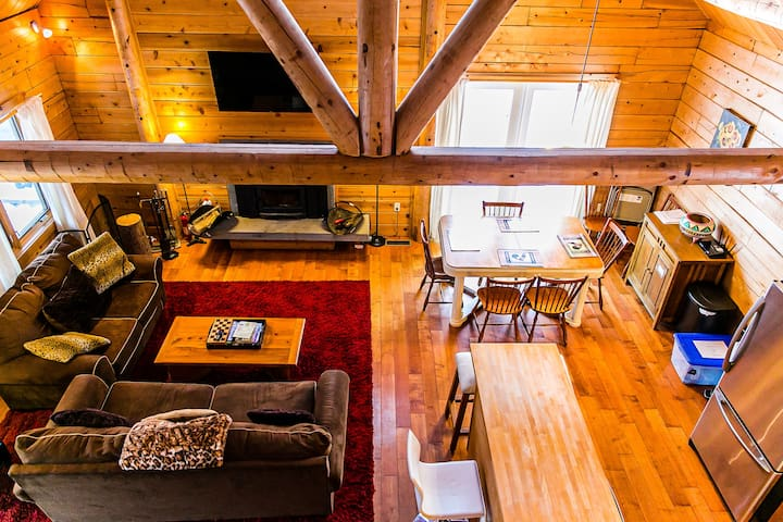 Mountaintop Log Cabin min to town/ski/WIFI/Jacuzzi