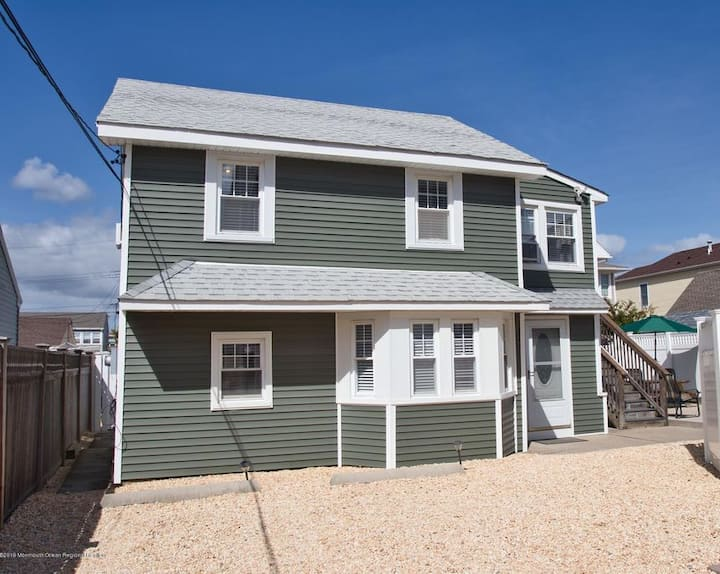 3 houses from the Beach in Lavallette! Sleeps 11