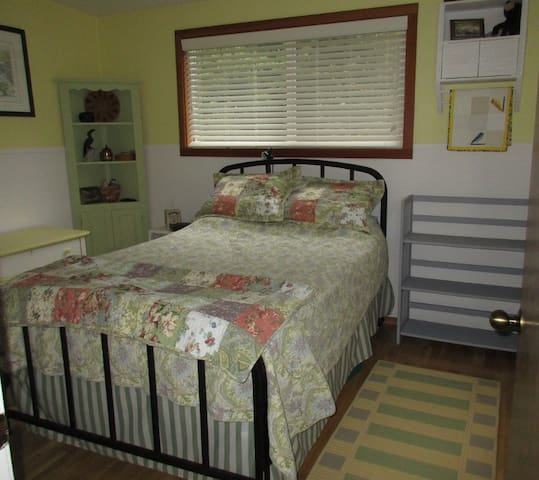 Quiet and cozy room in house on acreage - Friday Harbor