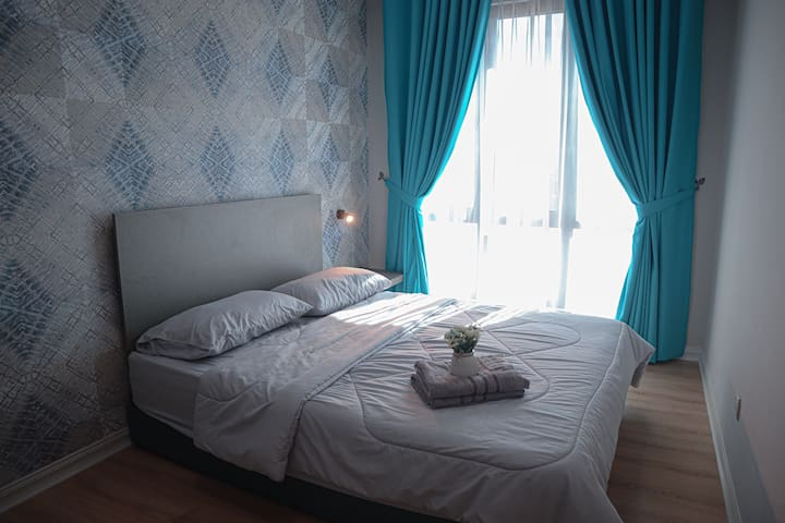 Medium-sized room with double bed.