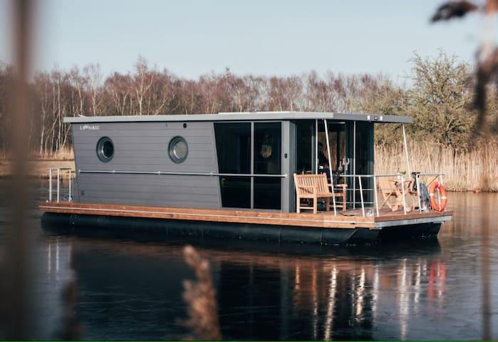 Modernes Hausboot in Holland im Yachthafen Hattem
