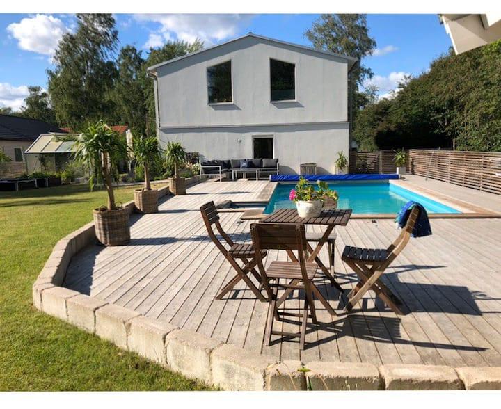 Nyrenoverat hus med 5 sovrum och pool.