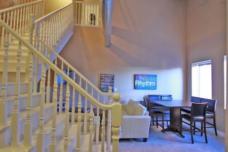 Room with en suite in unique loft-style apartment! - Thorold - Lejlighed
