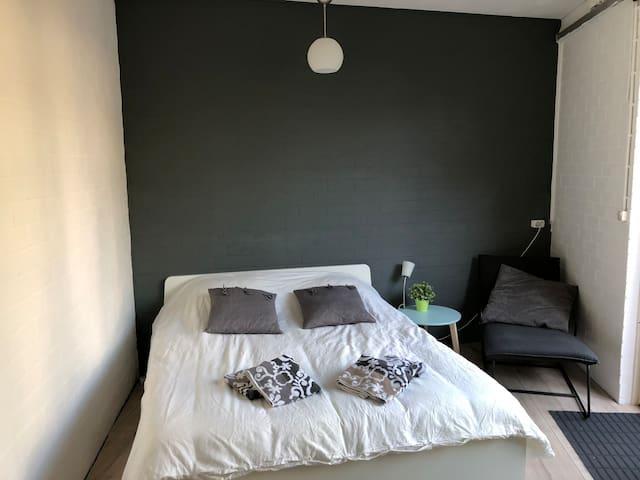 Schoon guesthouse in centrum Breda, eigen ingang!