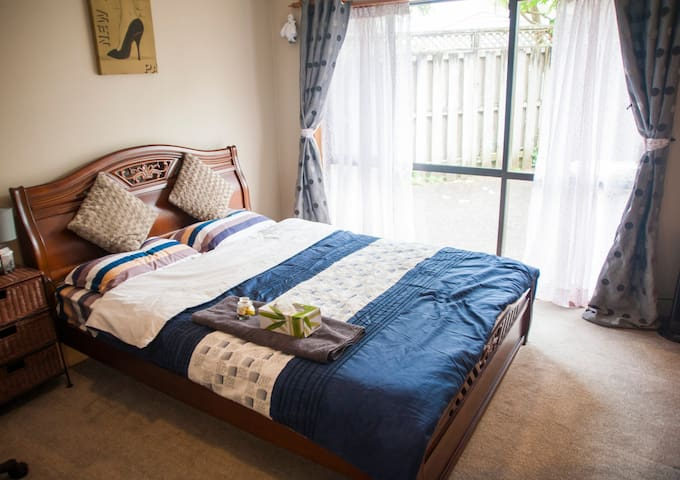 Sunny Quiet Large room & Private Bathroom 好地段富人区 - Auckland - Casa