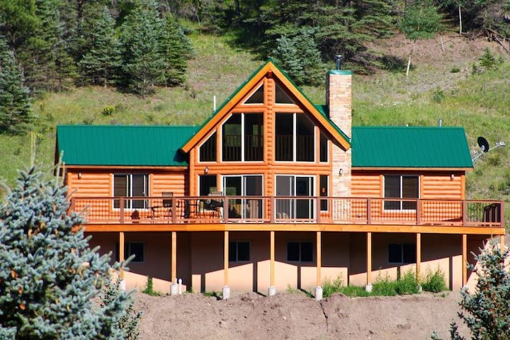 29 Valley of the Pines - Modern Cabin with Views, Hot Tub, WiFi, Satellite TV, King Bed, Garage - Red River - Casa
