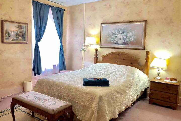 Comfy queen bed room with big closet Uptown
