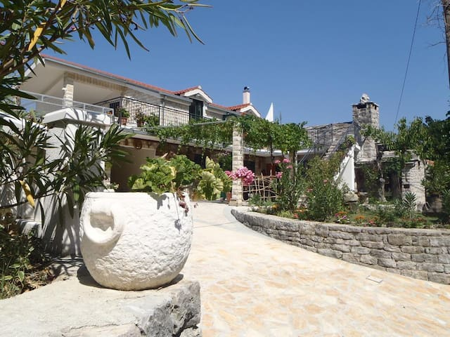 Dalmatian stone apartment near Omiš