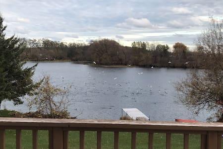 The Star Gazer-lakeside cottage with kayaks