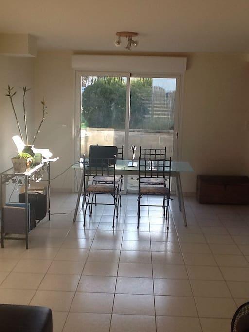 Salle à manger ouverte sur salon avec vue sur la terrasse. Style loft !