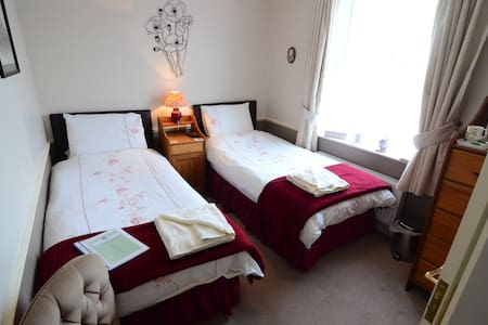 Twin Bedroom with En-Suite Shower Room & WC - Sleights - Inap sarapan