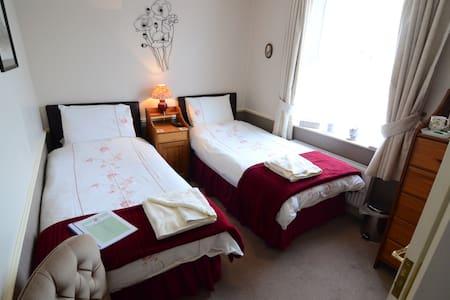 Twin Bedroom with En-Suite Shower Room & WC - Sleights
