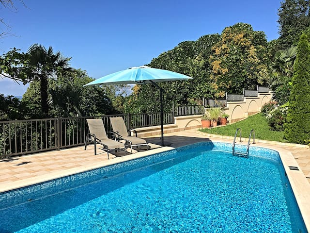 Вилла с апартаментами, бассейном и видом на море
