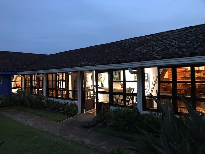 Casa Completa en el pueblo de Ataco.  Aloja 12 per