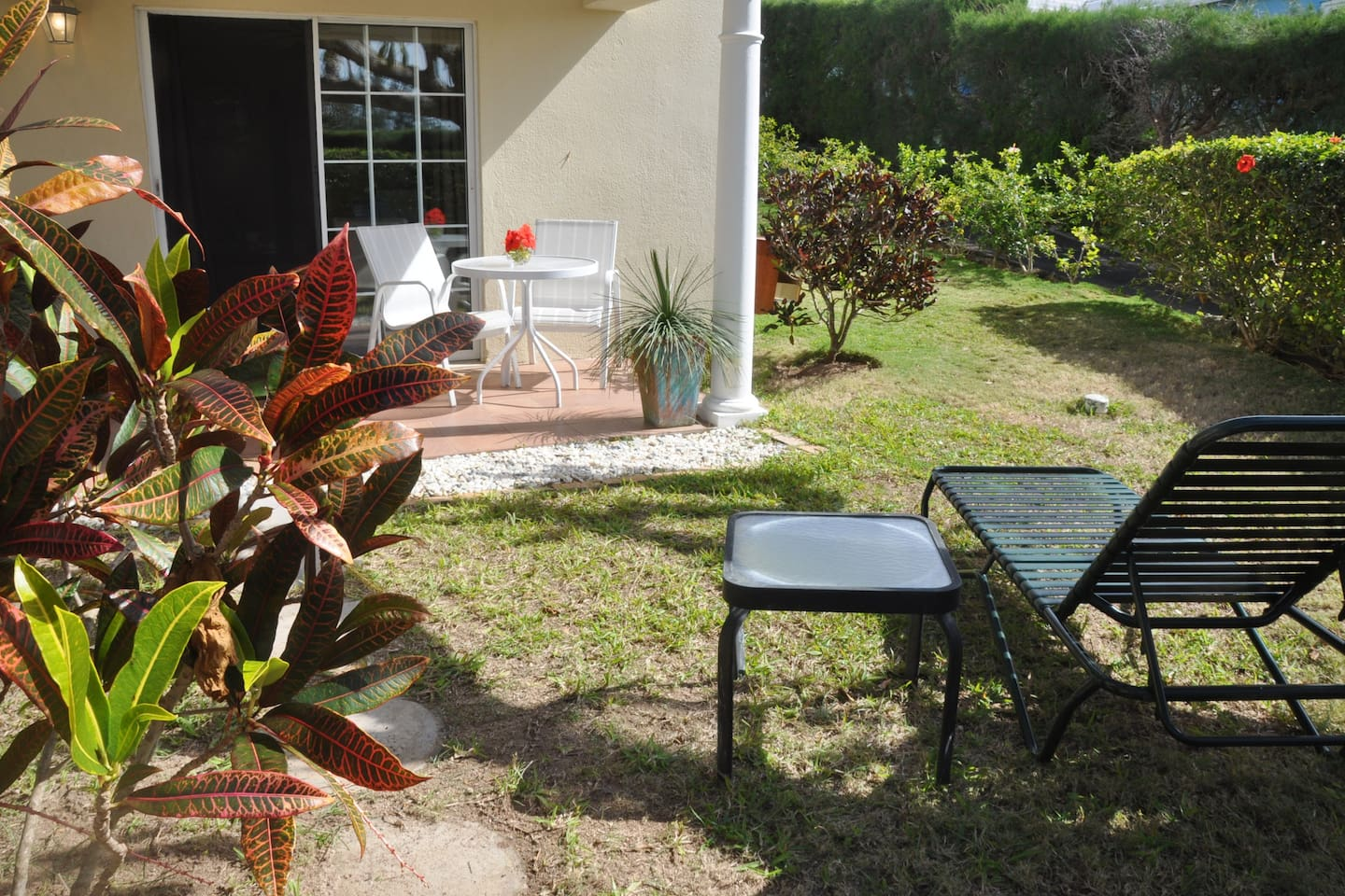 Cozy 1 Bedroom with private entrance, garden and parking area close to water. Near Fort Scaur.  Close to Railway Trail for walking, running and cycling.  3 minute walk to bus stop.  Nearby Supermarket and restaurants.  15 minutes from Horseshoe Bay.