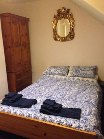Lovely double room near conf centre, free parking - Harrogate - Hus