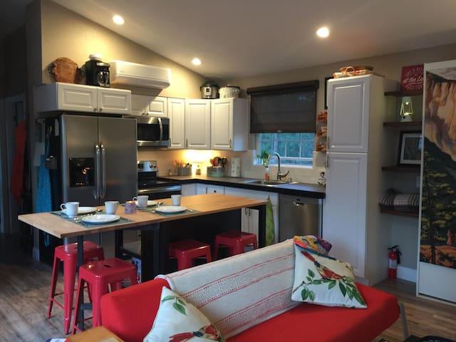 The Modern Manzanita -Tiny(ish) Vacationing