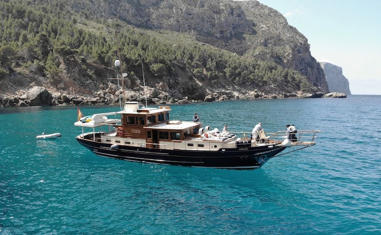 ENJOY ON BOARD A YACHT AT MALLORCA