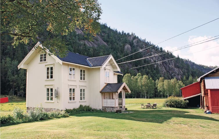 Holiday cottage with 4 bedrooms on 180m² in Åmli
