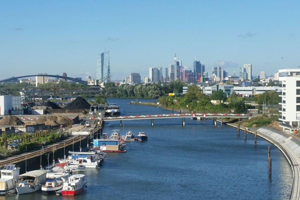 atemberaubender Blick in das Hafenbecken und auf die Skyline von Frankfurt