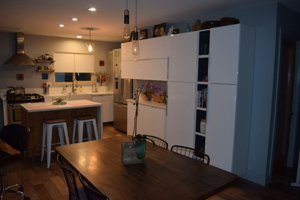Modern Full Kitchen and Dining Area