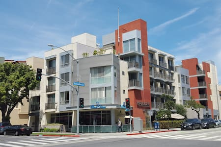 Santa Monica Studio - Great Location with Patio!